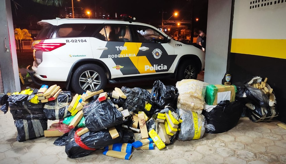 Tijolos de maconha estavam na caçamba e no banco do passageiro de caminhonete em Pongaí  — Foto: Polícia Rodoviária/Divulgação