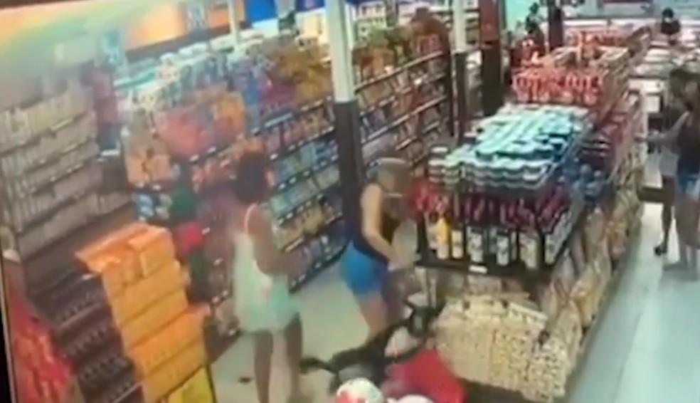Idosa é agredida por mulher em mercado no bairro da Pituba, em Salvador — Foto: Reprodução/Arquivo Pessoal