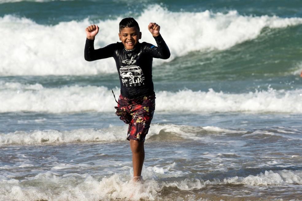 Juan Yure Chagas, 10, luta há quatro anos contra câncer, e encontrou no surfe uma forma de superar a doença — Foto: Camila Lima/Sistema Verdes Mares