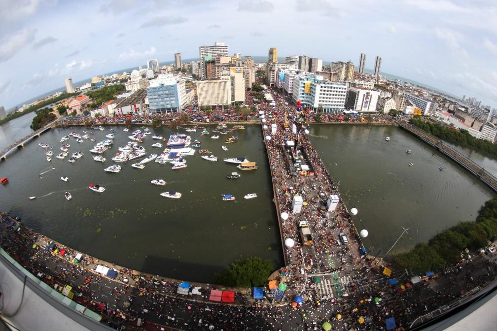 Foliões circulam pelas ruas do Recife durante o desfile do Galo da Madrugada — Foto: Marlon Costa/Pernambuco Press