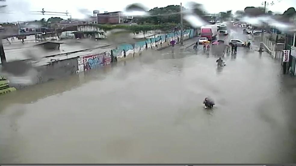 Avenida Dois Rios, na Zona Sul do Recife, ficou completamente alagada nesta quinta-feira (14) — Foto: Reprodução/TV Globo