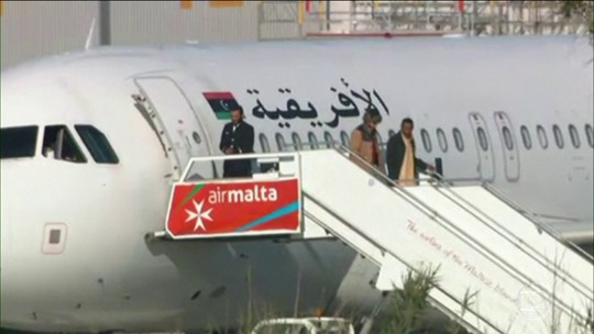 Passageiros de avião sequestrado na Líbia são liberados na Ilha de Malta