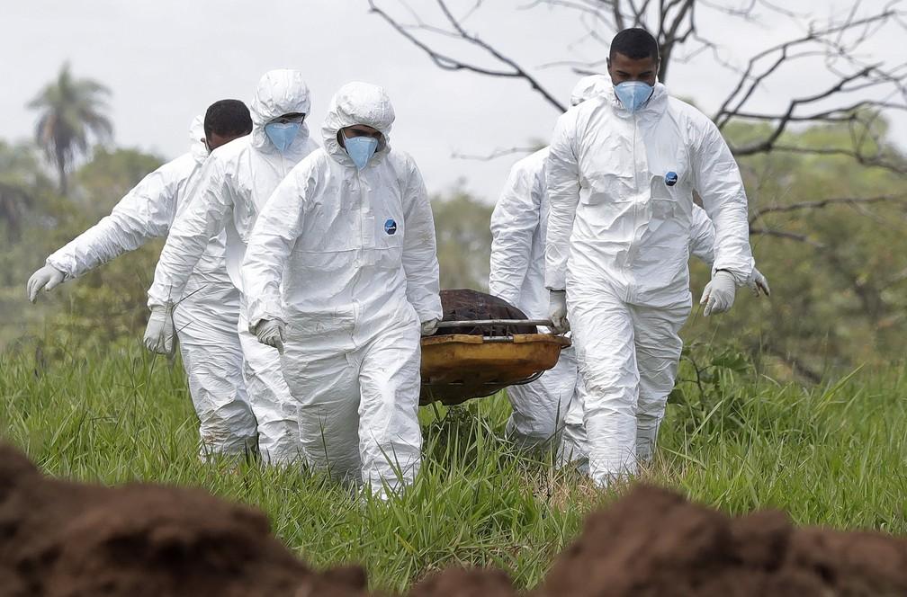28 de janeiro - Equipe de resgate carrega uma das vítimas encontradas em lama após rompimento de barragem em Brumadinho — Foto: Andre Penner/AP