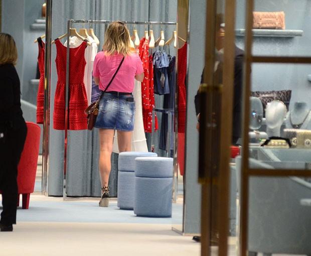 Flávia Alessandra tem tarde de comprar com Giulia Costa e amiga (Foto: AgNews / Webert Belicio)