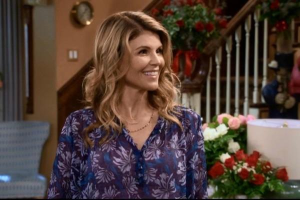 Lori Loughlin em cena de Fuller House (Foto: divulgação)