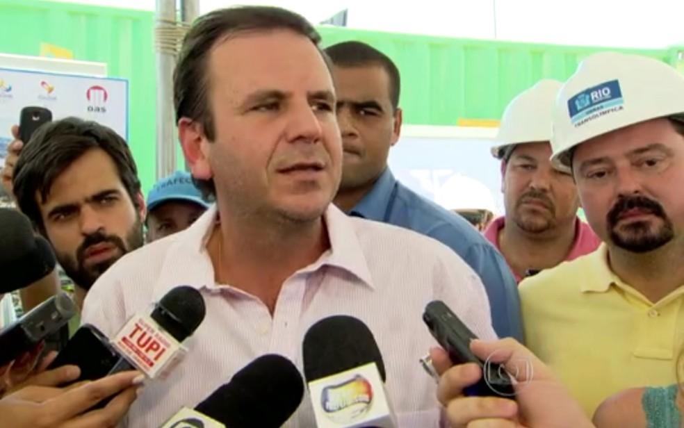 Eduardo Paes e ex-secretário de obras (de camisa amarela) durante evento no Rio (Foto: Reprodução / TV Globo)