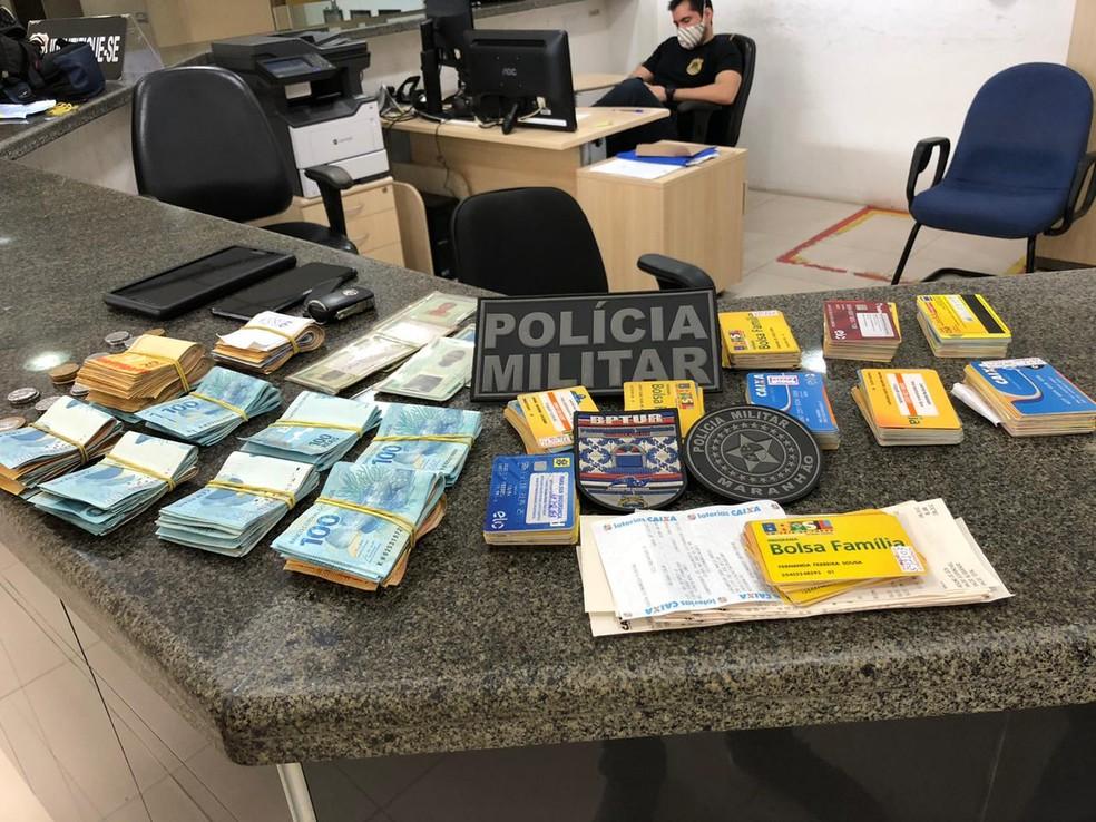 Homens são presos com cartões da Caixa Econômica e R$ 24 mil de auxílio emergencial. — Foto: Divulgação/BPTur.