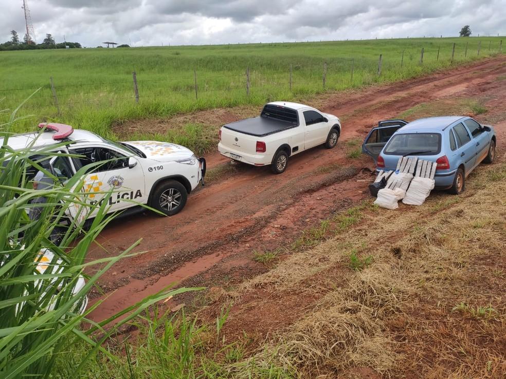 Caminhonete e carro com drogas foram abordados neste domingo (17) em Avaí — Foto: Polícia Rodoviária/Divulgação