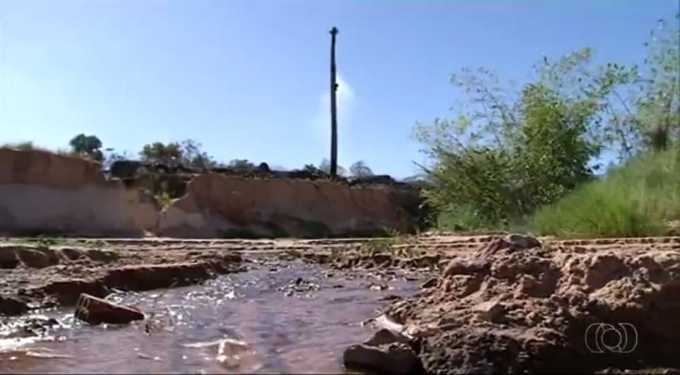 Erosão avança às margens do rio Lontra em Araguaína (Foto: TV Anhanguera/Reprodução)
