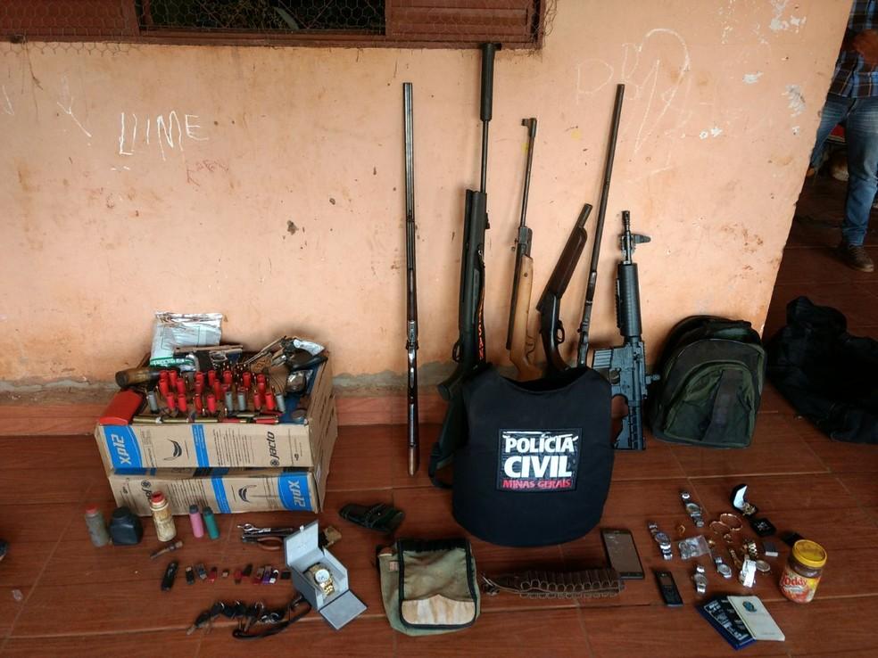 Diversas armas utilizadas nos crimes também foram apreendidas (Foto: Polícia Civil/Divulgação)