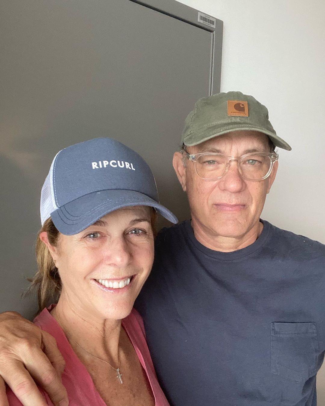 Tom Hanks, recuperado da Covid-19, mostra bolsa de plasma doado para pesquisas sobre doença: 'Tão fácil quanto tirar uma soneca'