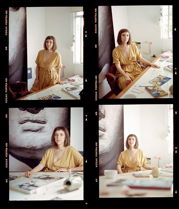 Sofia Borges em seu espaço de criação; ao fundo, uma de suas fotografias  (Foto: Vivi Bacco)