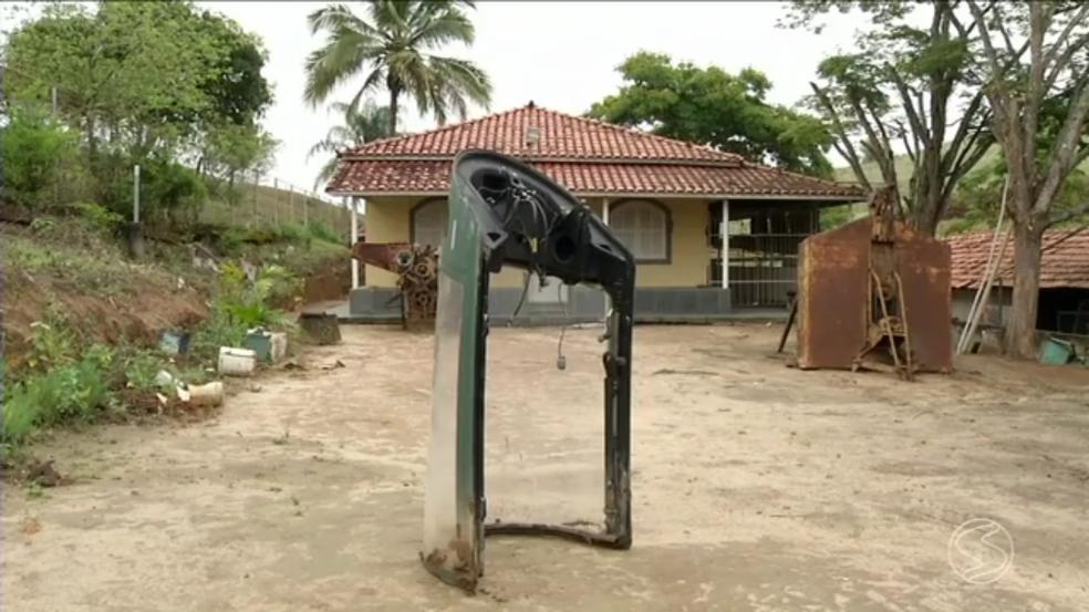 Peça de avião caça cai em área rural de Piraí (Foto: Reprodução/TV Rio Sul)