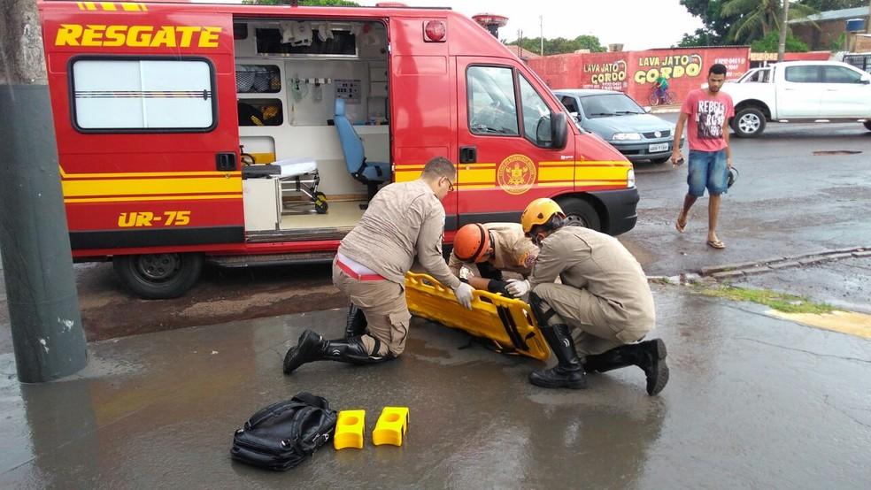 Estudante que pilotava moto ficou ferido (Foto: Osvaldo Nóbrega)