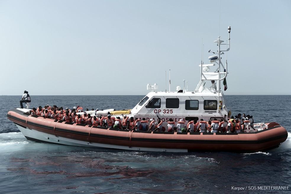 1º navio com imigrantes rejeitados pela Itália chega à Espanha ...