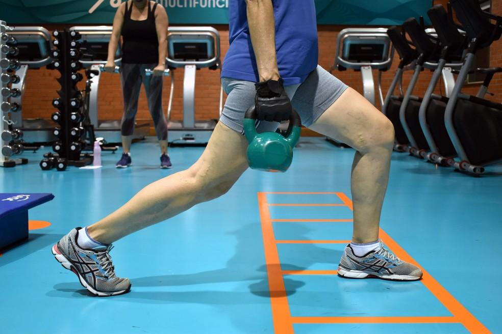 Mulheres com mais de 50 anos apostam na musculação para evitar perda de massa muscular.  — Foto: Geovana Alves/G1