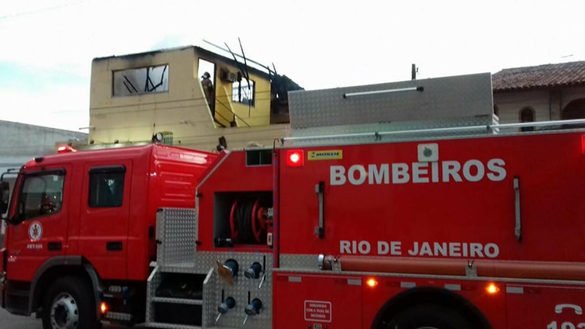 Incêndio destrói parte de salão de festas em Campos, no RJ