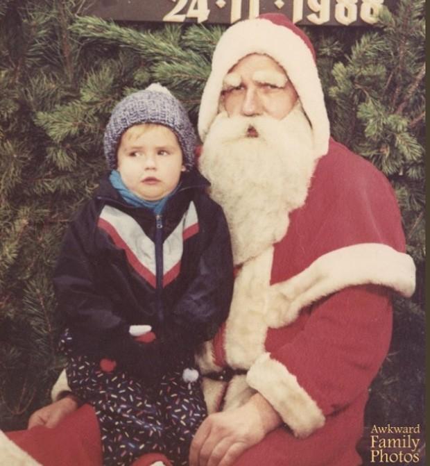 Menino parece 'congelado de medo' ao sentar no colo do Bom Velhinho na hora da foto (Foto: Divulgação/Awkward Family Photos)