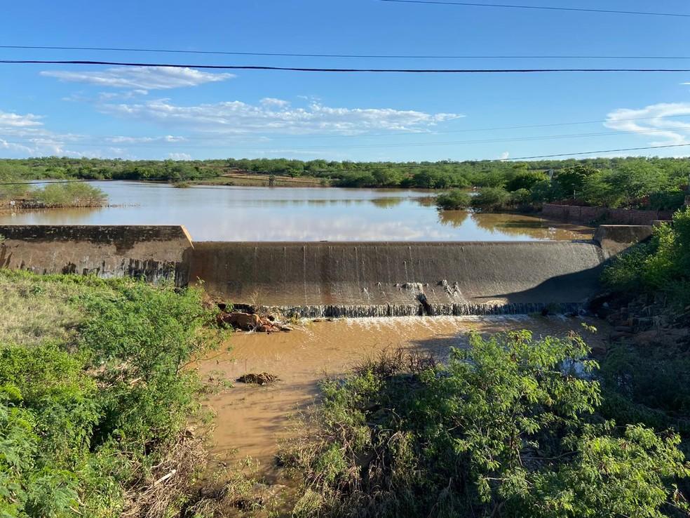Fluxo de água diminuiu, na tarde desta quinta (9), na Barragem do Padre, mas há previsão de mais chuvas intensas na região — Foto: Divulgação/Prefeitura de Jacobina do Piauí