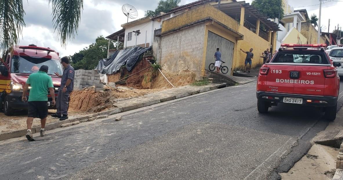 Queda de muro deixa dois homens feridos em São Roque