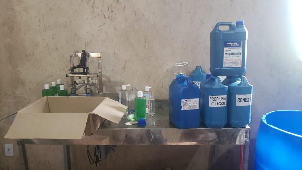 Foram apreendidos produtos capilares, perfumes e equipamentos usados para a fabricação dos cosméticos — Foto: Secretaria de Segurança Pública/Divulgação