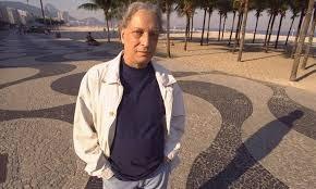 Luiz Alfredo Garcia-Roza, no calçadão de Copacabana