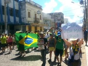 Manifestantes percorreram as principais ruas da região central de Corumbá (MS) por cerca de uma hora.  (Foto:  Laura Toledo/TV Morena)