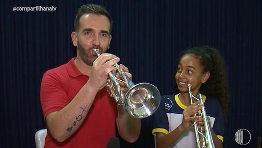 Filipe Almeida testa instrumentos e se diverti em ensaio do Projeto Pequenos Músicos