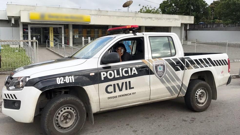 Polícia Civil e Instituto de Polícia Científica (IPC) também foram até a agência atacada em Santa Rita (Foto: Walter Paparazzo/G1)