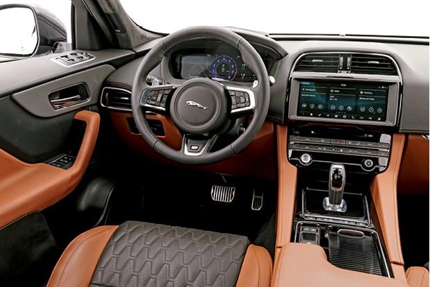 Jaguar F-Pace SVR - O interior mistura elementos clássicos e modernos, já os comandos dos vidros não são ergonômicos (Foto: Christian Castanho)