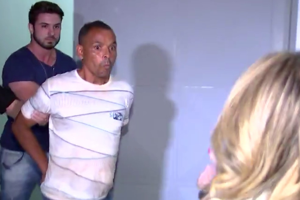 Suspeito de matar Aline cuspiu no rosto de repórter quando era conduzido para viatura — Foto: Reprodução/TV TEM