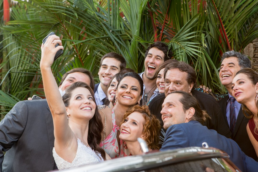 Nathalia tira selfie com o elenco e o diretor Dennis Carvalho (Foto: Felipe Monteiro/Gshow)