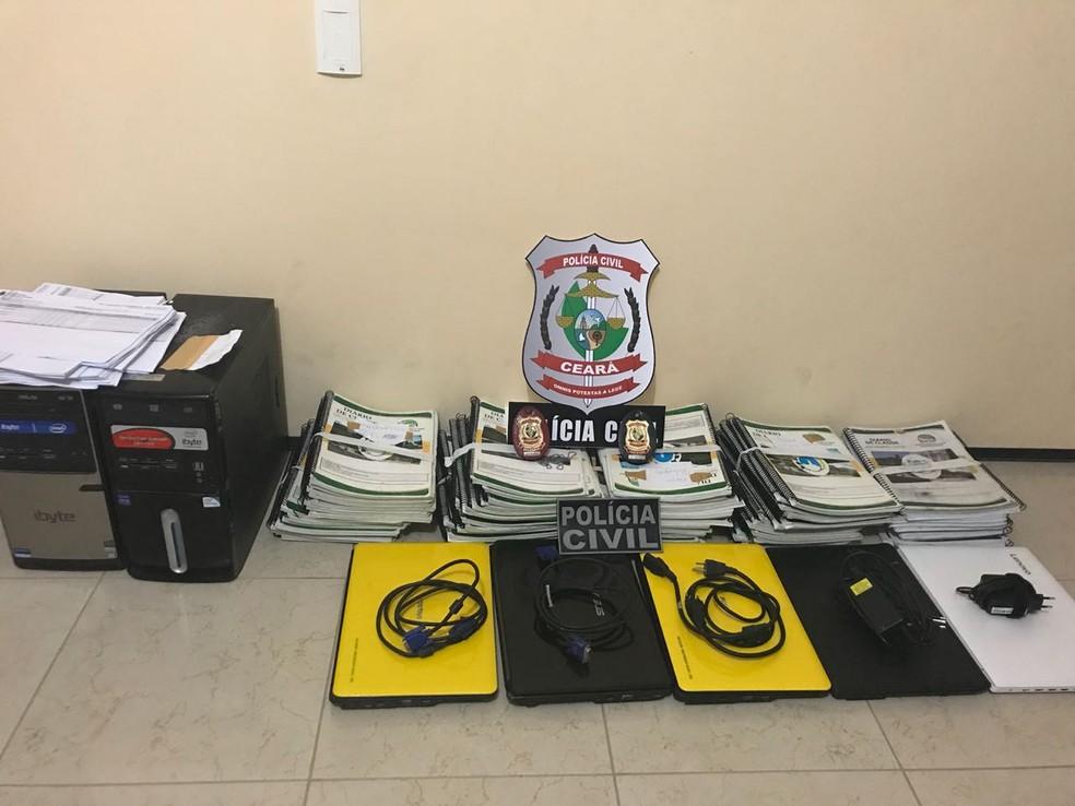 Polícia apreendeu computadores e documentos em uma escola pública de Itapajé (Foto: Reprodução/TVM)