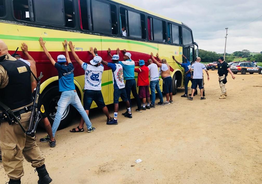 Pelo menos 40 torcedores do Cruzeiro foram presos na Fernão Dias  — Foto: Polícia Rodoviária Federal