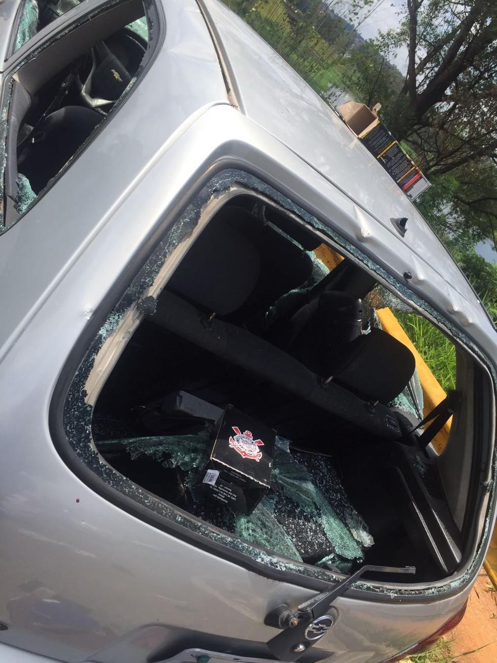 Veículo de torcedor do Corinthians foi destruído em confronte entre torcidas em Itaquaquecetuba (Foto: Polícia Militar/ Divulgação)