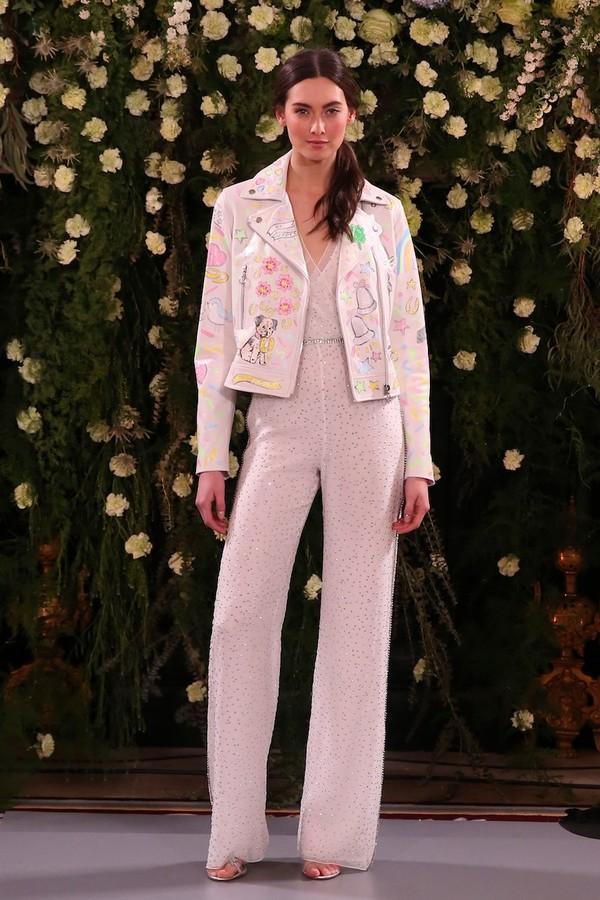 A jaqueta perfecto, que Leandra Medine popularizou nos looks de noiva, ganha desenhos lúdicos no look de Jenny Packham. (Foto: Vogue Runway)