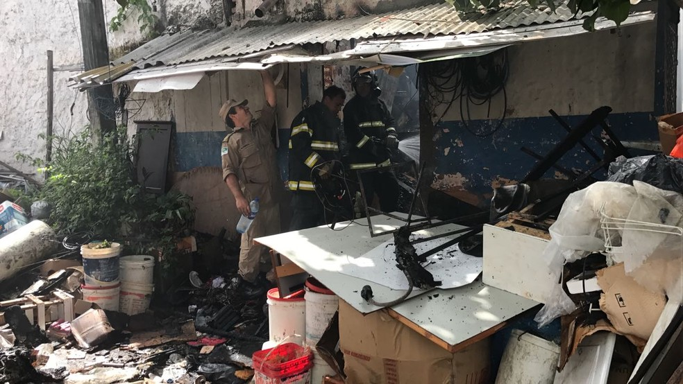 Casa foi destruída pelas chamas (Foto: Ítalo Di Lucena/Inter TV Cabugi)
