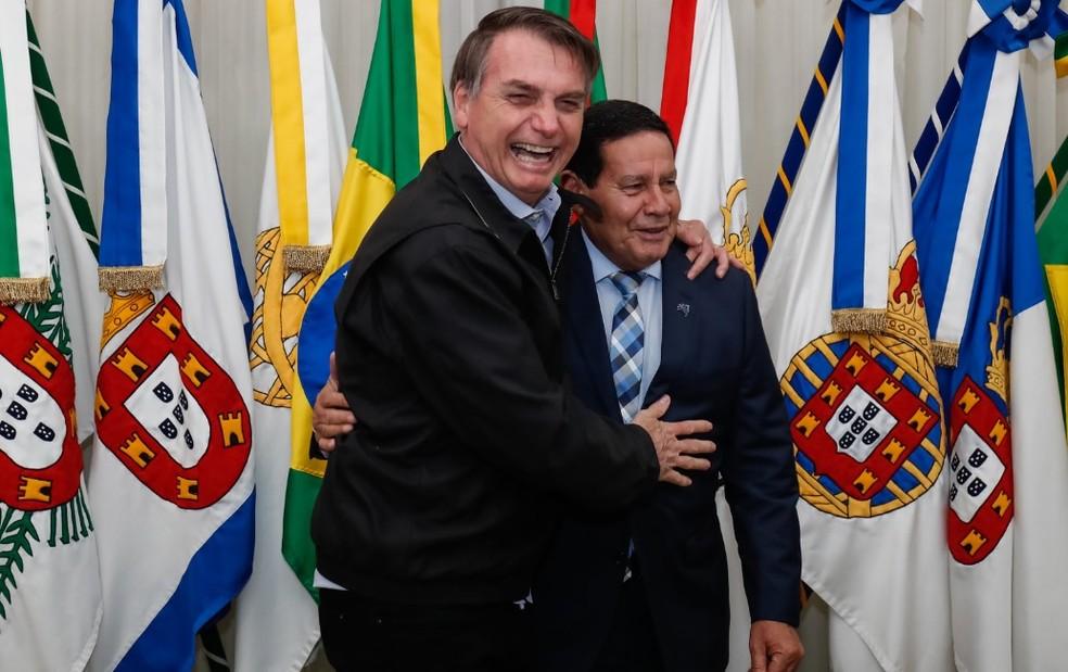 O presidente Jair Bolsonaro e o vice-presidente Hamilton Mourão, durante a transmissão de cargo, na Base Aérea de Brasília — Foto: Alan Santos/PR