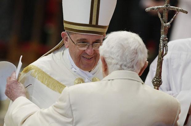 Papa Francisco cumprimenta o Papa emérito Bento XVI durante o consistório deste sábado (22) no Vaticano (Foto: Max Rossi/Reuters)