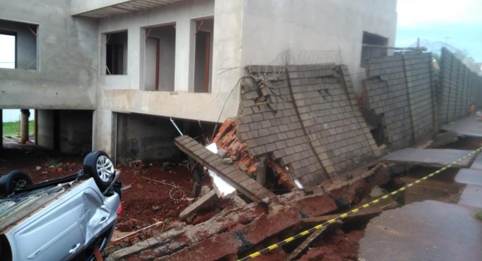 Carro ficou com as rodas para cima em Bauru — Foto: Divulgação