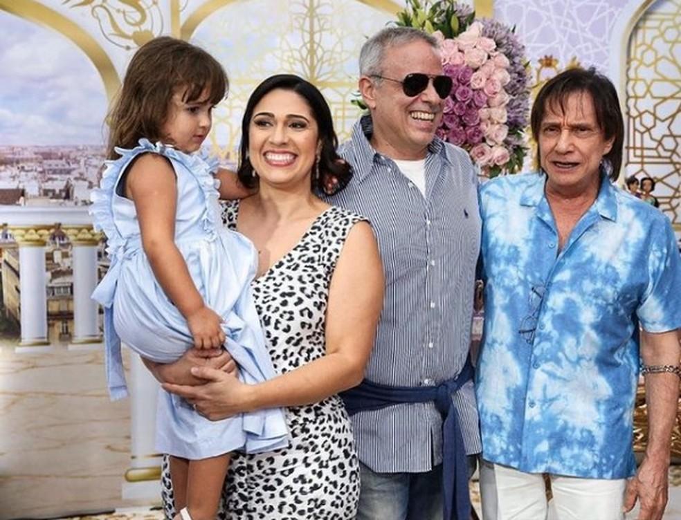 Dudu Braga, filho de Roberto Carlos, ao lado da filha Laura, da esposa Valeska Braga e do pai. — Foto: Reprodução/Instagram