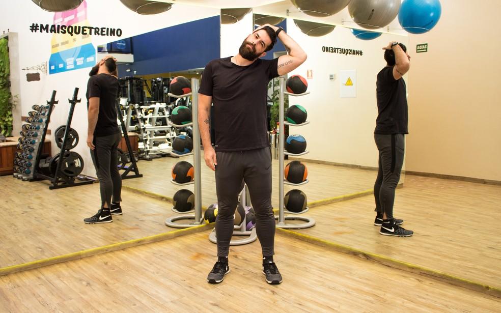 Alongar os músculos do pescoço também alivia a pressão na coluna — Foto: Divulgação