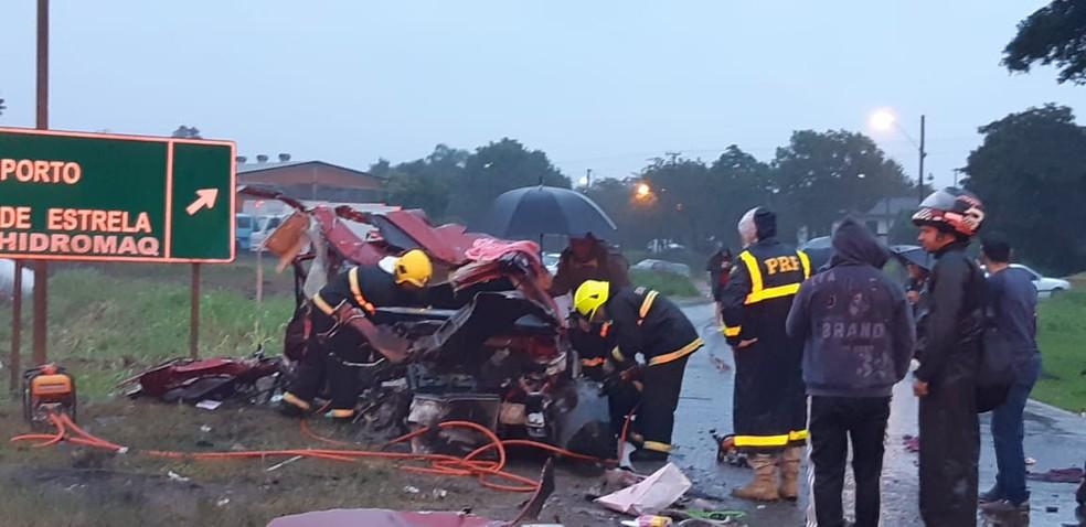 Policiais e bombeiros trabalham no socorro às vítimas. — Foto: Polícia Rodoviária Federal/Divulgação