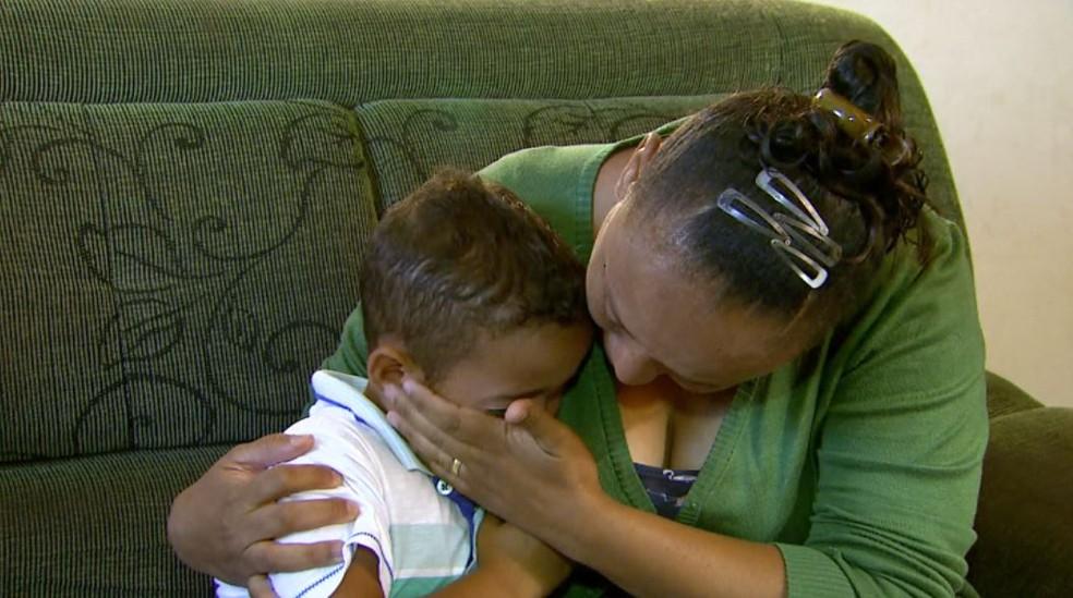 Ivanilda chora e abraça o filho, vítima de maus-tratos da professora em Restinga, SP (Foto: Carlos Trinca/EPTV)