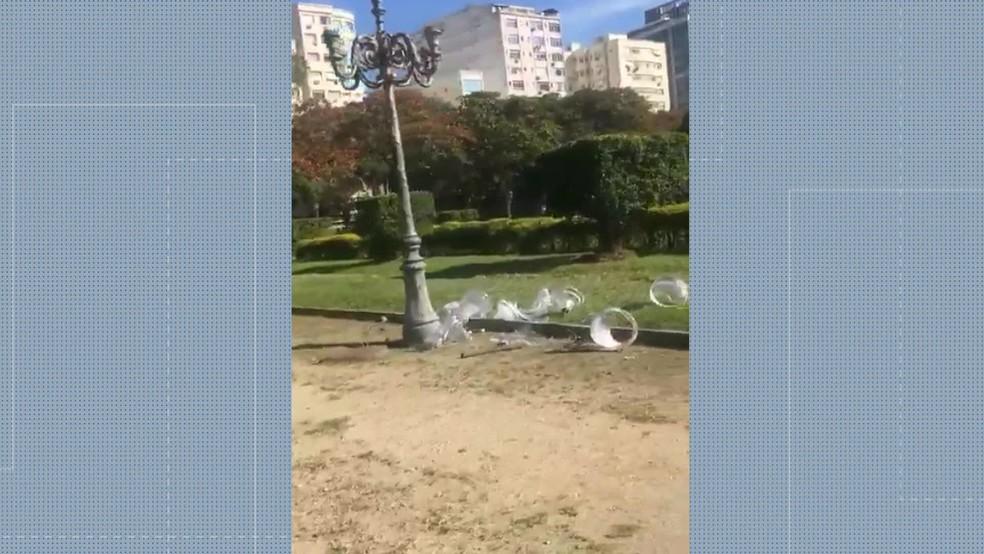 Em menos de 24 horas após reparos, vândalos depredaram luminárias da Praça Paris, na Glória — Foto: Reprodução / TV Globo