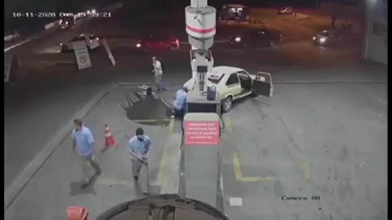 Vídeo mostra frentista sendo atropelado por cliente após briga em posto de gasolina