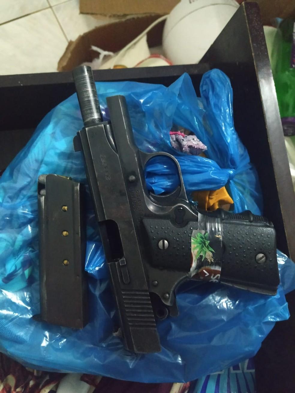 Arma apreendida na casa do rapaz morto — Foto: Polícia Militar/Divulgação