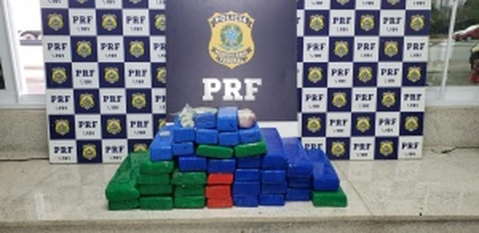Três pessoas foram presas durante a operação — Foto: Divulgação/PRF
