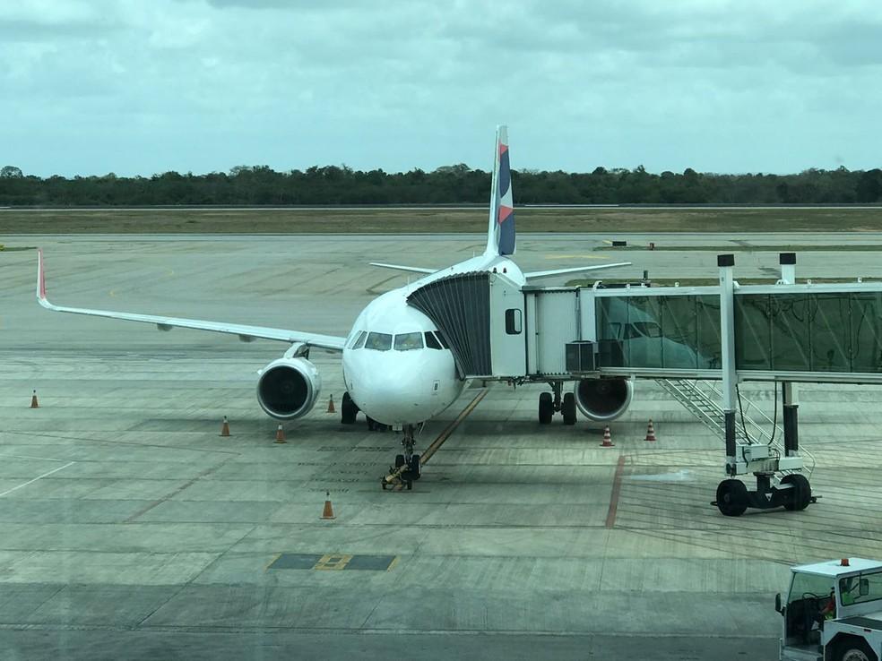 Após cancelamento de embarque, avião foi tirado do pátio do Aeroporto de São Gonçalo do Amarante, na Grande Natal (Foto: Marcelo Barbosa)