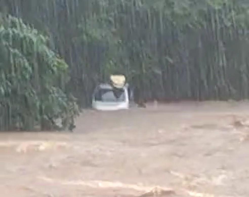 Carro foi arrastado para dentro do rio com a força da água da chuva — Foto: Reprodução/Redes sociais